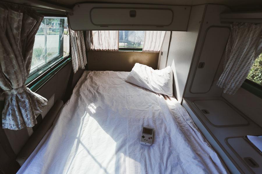 BulliHoliday VW Camper mieten Perle - ausgeklapptes Bett unten