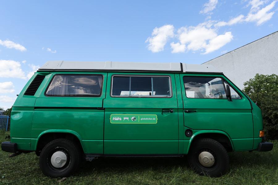 BulliHoliday VW Camper mieten Perle - Seitenansicht mit eingeklapptem Hochdach