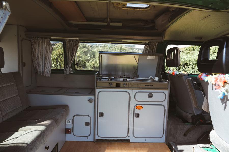 BulliHoliday VW Camper mieten Perle - Wohnraum und Küche
