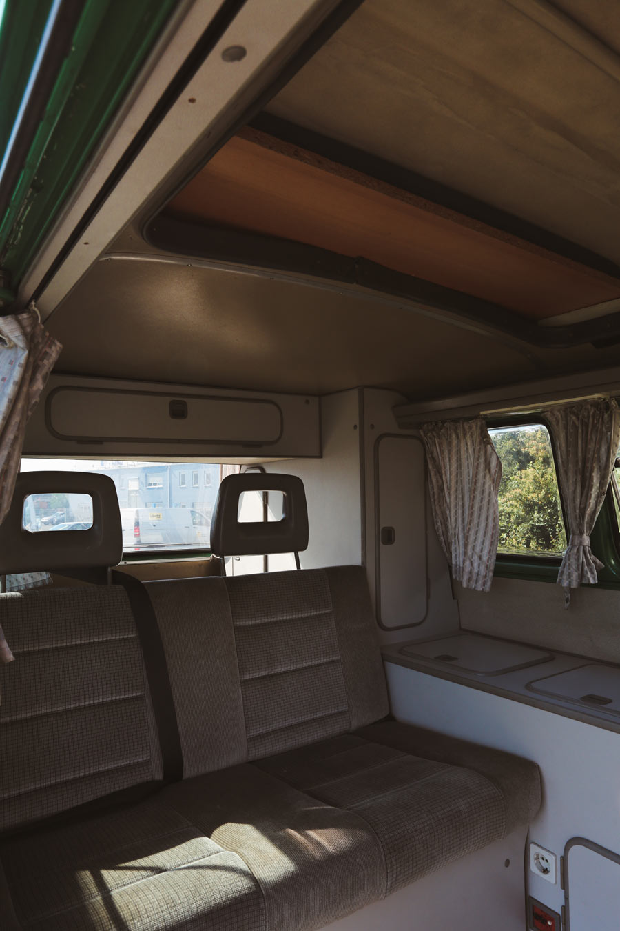 BulliHoliday VW Camper mieten Perle - Wohnraum mit einem Schwenk nach links